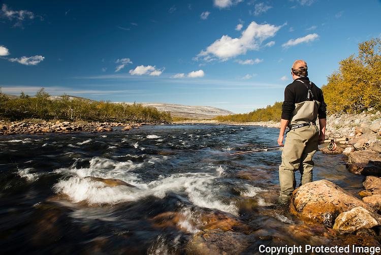 Mann fisker med flue i øvre del av Børselva. ---- Man fishing the upper parts of Børselva.