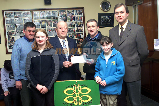Frank Keaskin, chairman Dunleer Credit Union presenting a cheque to Tommy Sheilds of Scoraiocht Lann Leire. Also pictured are Thomas Fitzpatrick, manager Dunleer Credit Union, John Flanagan, Scoraiocht Lann Leire and Rebecca Finnegan and Aine Downes of the winning team, 'Na Pucai'..Picture Paul Mohan Newsfile