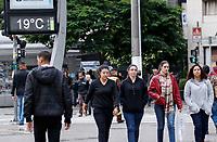 SAO PAULO, SP - 21.06.2017 - CLIMA-SP - Paulistanos enfrentam varia&ccedil;&otilde;es de clima na regi&atilde;o central da cidade de S&atilde;o Paulo na tarde desta quarta-feira (21). O clima permanece com baixa temperatura e o c&eacute;u segue parcialmente nublado.<br /> <br /> (foto: Fabricio Bomjardim / Brazil Photo Press)