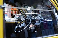 """SÃO PAULO, SP, 28 DE JANEIRO DE 2012 - CITROEN 007 OSCAR FREIRE  - A montadora Citroën expõe, neste fim de semana, o modelo 2CV original do filme """"007: Somente Para Seus Olhos"""" (1981), com os furos de balas e amassados na lataria. O evento pretende promover tanto o carro quanto a saga James Bond  FOTO: ALEXANDRE MOREIRA - NEWS FREE."""