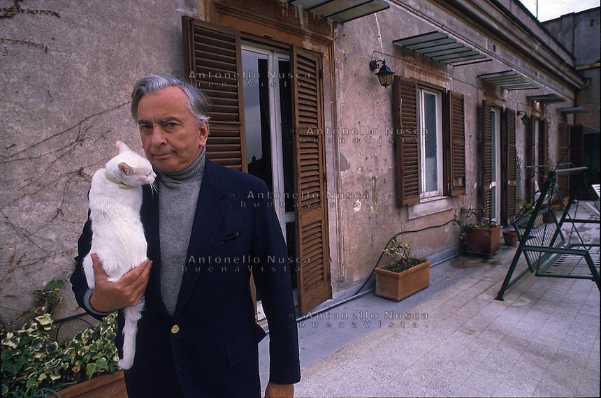 Lo scrittore statunitense Gore Vidal muore a Los Angeles all'età di 86 anni..Gore Vidal in una foto degli anni 90 nella terrazza della sua casa di Roma.