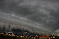 Ribeirao das Neves_MG, Brasil...Nuvem de chuva se aproximando da BR-040 na saida para Brasilia, na altura do bairro Veneza...Storm cloud approaching the BR-040 exit to Brasilia, in the Veneza neighborhood...FOTOS: LEO DRUMOND /  NITRO