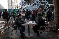 BUENOS AIRES, ARGENTINA, 29 DE MAIO 2013 - MANIFESTACAO TRABALHADORES  Trabalhadores da central dos trabalhadores da Argentina (CTA) durante mobilizacao contra governo de Cristina Kirchner Plaza de Mayo na cidade de Buenos Aires Capital da Argentina nesta quarta-feira. FOTO: JUANI RONCORONI - BRAZIL PHOTO PRESS.
