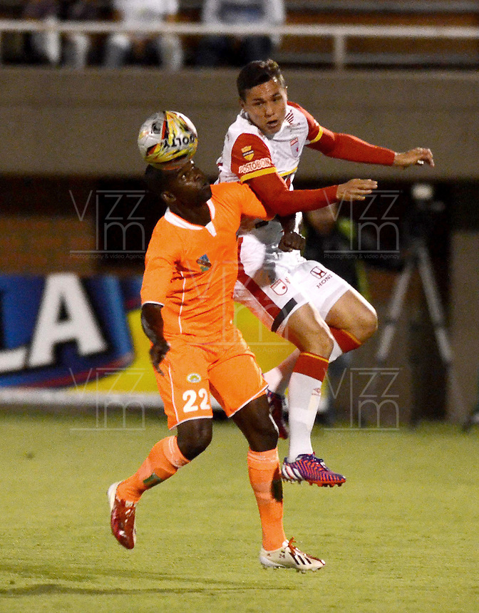 ENVIGADO -COLOMBIA-01-05-2015. Jhon F Zea (Izq) de Envigado FC disputa el balón con Luis Manuel Seijas (Der) de Independiente Santa Fe durante partido por la fecha 18 de la Liga Águila I 2015 realizado en el Polideportivo Sur de la ciudad de Envigado./ Jhon F Zea (L) of Envigado FC fights for the ball with Luis Manuel Seijas (R) of Independiente Santa Fe during match for the 18th date of the Aguila League I 2015 at Polideportivo Sur in Envigado city.  Photo: VizzorImage/León Monsalve/STR