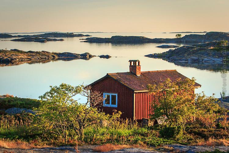 Fiskebod på Ut-Fredel i Stockholms spegelblanka ytterskärgård