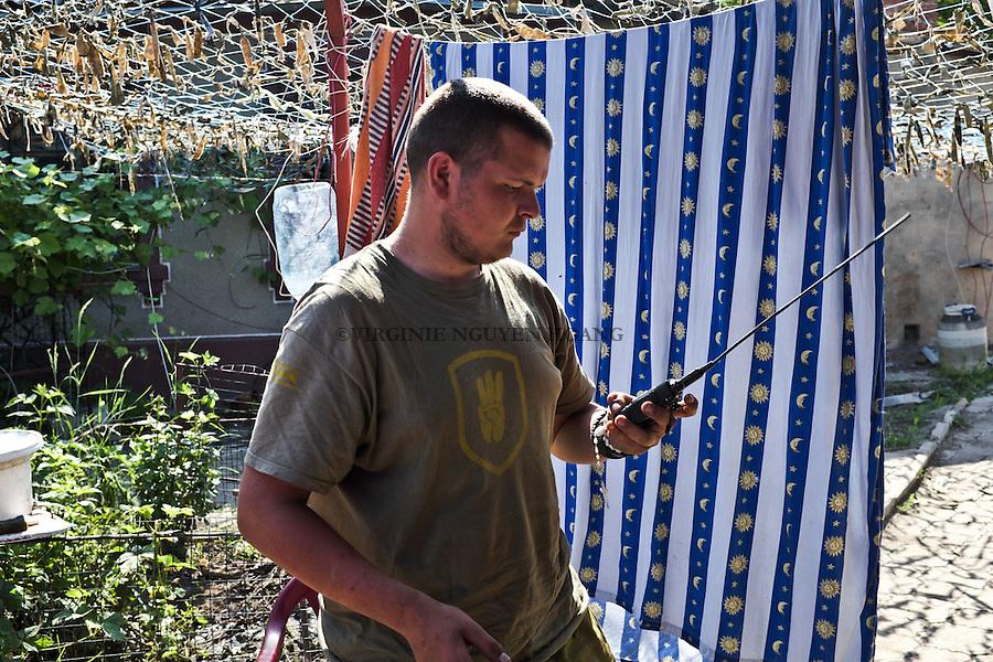 UKRAINE, Pisky Daniel remains vigilant and accessible via his radio.<br /> <br /> UKRAINE, Pisky: Daniel reste toujours vigilant et accessible via sa radio.