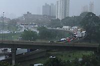 SÃO PAULO 08 DE MARÇO DE 2013 - TRANSITO -  Chuva causa congestionamento na Rodovia Tancredo Neves sentido Anchieta,na zona sul da capital paulista,  nessa sexta feira dia 08. FOTO: MICHELLE SPREA/BRAZIL PHOTO PRESS