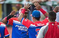 Jesmuel Valentin (3) de Caguas de Puerto Rico celebra Homerun de cuatro carreras  Anthony Garcia en la parte alta del sexto inning, para empatar el partido a cuatro carreras contra los Caribes de Anzoátegui de Venezuela, durante la Serie del Caribe en estadio Panamericano en Guadalajara, México, Miércoles 7 feb 2018.  (Foto: AP/Luis Gutierrez)
