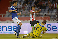 BARRANQUILLA  -COLOMBIA, 3-11-2016. Vladimir Hernandez (Izq.) jugador del Junior disputa el balón con  Nicolas Vikonis (Der.) de Millonarios    durante encuentro  por la fecha 15 de la Liga Aguila II 2016 disputado en el estadio Metropolitano Roberto Meléndez ./ Vladimir Hernandez (L) player of Junior  fights for the ball with  Nicolas Vikonis (R) player of Millonarios  during match for the date 15 of the Aguila League II 2016 played at Metropolitano Roberto Melendez stadium . Photo:VizzorImage / Alfonso Cervantes  / Contribuidor