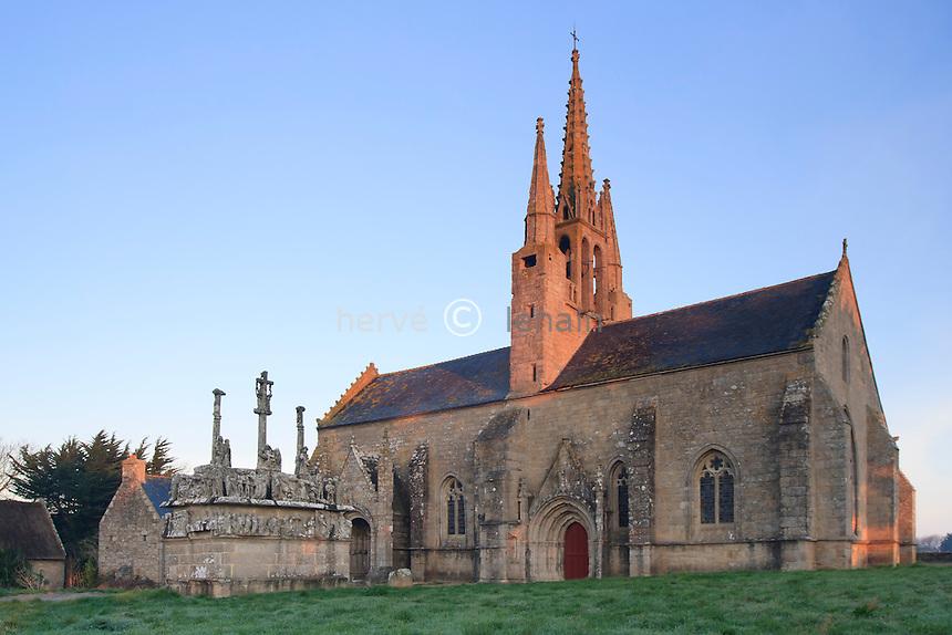 France, Finistère (29), Saint-Jean-Trolimon, Tronoën, Chapelle de Tronoën et son calvaire la matin // France, Finistere, Saint-Jean-Trolimon, Tronoen, chapel of Tronoen and its Calvary in the morning
