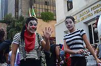 SAO PAULO, 25 DE MARCO DE 2012 - PALHACOS DIA DO CIRCO - Palhaços, em comemoração ao dia internacional do circo, ocupam a frente do prédio da Justica Federal, na Avenida Paulista, na manhã de hoje, 25 . A ação nas ruas está sendo realizada neste domingo em outras capitais do pais. FOTO: ALEXANDRE MOREIRA - BRAZIL PHOTO PRESS