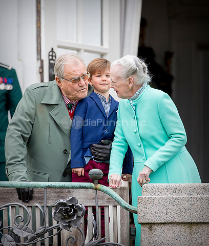 Queen Margrethe, Prince Henrik and Prince Vincent of Denmark attend the 77th birthday celebrations of Queen Margrethe at Marselisborg palace in Aarhus, Denmark, 16 April 2017. Photo: Patrick van Katwijk Foto: Patrick van Katwijk/Dutch Photo Press/dpa /MediaPunch ***FOR USA ONLY***