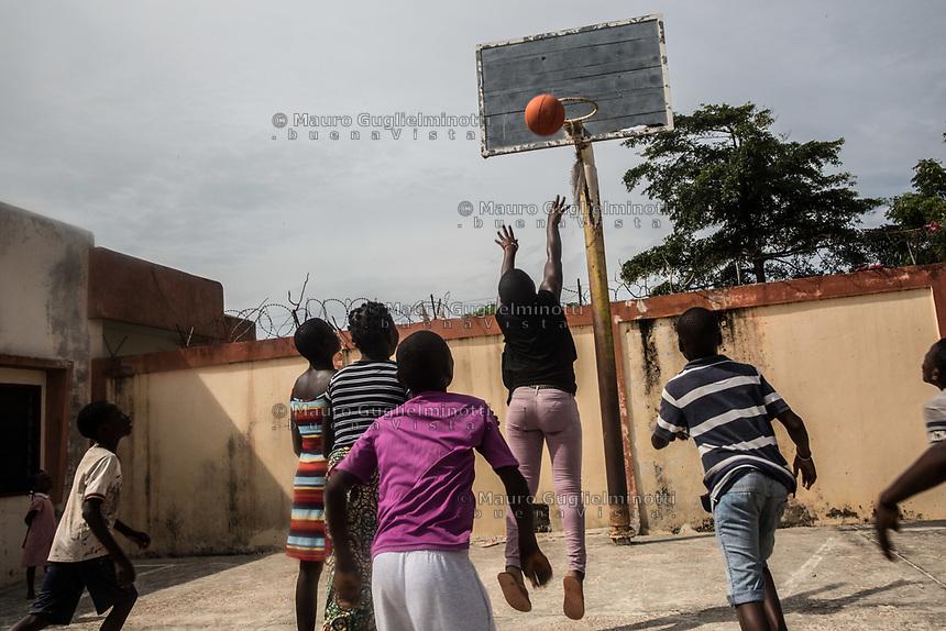 Children police, No vidomegon, bambini nel centro minori della polizia giocano a basket