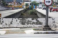 SAO PAULO, SP, 12 DE MARCO 2013 - CADAVER NO RIO TAMANDUATEÍ - Corpo de um cadaver masculino com inicio de decomposição é visto boiando no Rio Tamanduatei na região central da cidade de São Paulo nesta segunda-feira. 12. FOTO: WILLIAM VOLCOV - BRAZIL PHOTO PRESS.