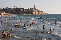 Asie/Israel/Tel-Aviv-Jaffa: la plageen fond la vieille ville de Jaffa