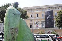 Roma,21 Maggio 2011.Stazione Termini, Piazza dei Cinquecento.Passanti e turisti davanti la statua..