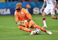 FUSSBALL WM 2014                ACHTELFINALE Deutschland - Algerien               30.06.2014 Torwart Rais M Bolhi (am Boden, Algerien) hat Probleme den Ball festzuhalten