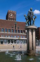 Brunnen vor Rathaus (Rldhuset), Oslo, Norwegen