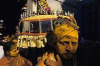 INDIA Karnataka, every year a festival takes place around the Yellamma temple in Saundatti and attracts thousand of pilgrims from villages, here is also practizised the Devadasi cult, where young girls are secretly dedicated to the hindu goddess Yellamma, most of the girls end in prostitution, pilgrim with yellow turmeric powder at procession at temple  / INDIEN Karnataka, jedes Jahr findet in Saundatti das Tempelfest zu Ehren der Goettin Yellamma statt, das Tausende Pilger aus den umliegenden Doerfern anzieht, hier wird der Devadasi Kult praktiziert, heimlich werden junge Maedchen der Hindu Goettin Yellamma geweiht, die Maedchen enden spaeter meistens in der Prostitution, Pilger bei Prozession am Tempel