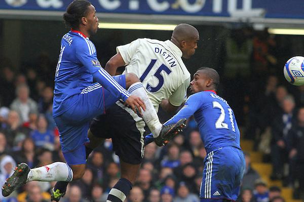 CAD 03.LONDRES (REINO UNIDO).19/2/2011.- Didier Drogba (i) y Salomon Kalu (d) del Chelsea luchan por el balón con Syvain Distin (c) del Everton durante su partido de la Copa FA Cup jugado en el estadio Stamford Bridge de Londres hoy sábado 19 de febrero de 2011.EFE/GEOFF CADDICK ***PROHIBIDO SU USO EN INTERNET SIN LICENCIA DE FOOTBALL DATA CO.LTD***..