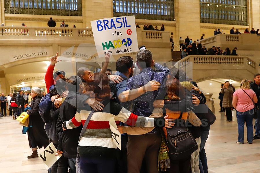 NOVA YORK, EUA, 27.10.2018 - PROTESTO-EUA - Brasileiros realizam ato em apoio ao candidato Fernando Haddad (PT) para Presidencia da Brasil e contra o Jair Bolsonaro (PSL) na Grand Central Terminal na Ilha de Mnahattan em Nova York nos Estados Unidos neste sabado. (Foto: Vanessa Carvalho/Brazil Photo Press)