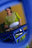"""Afrique/Maghreb/Maroc/Essaouira : Villa maion d'hôtes """"Dar Adul"""" 63 rue Touahen, Latifa Akroum (cuisinière de la villa) prépare ses délicieuses carottes à l'orange et à la cannelle"""