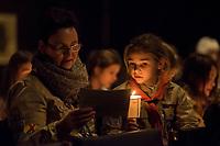 """Friedenslicht von Bethlehem kommt als Zeichen gegen Terror und Gewalt nach Berlin.<br /> Die Kaiser-Wilhelm-Gedaechtnis-Kirchengemeinde empfing am dritten Adventssonntag das Friedenslicht von Bethlehem. Mehr als 500 Pfadfinderinnen und Pfadfinder brachten das Licht in die Kirche, wo es mit einem oekumenischen Gottesdienst empfangen wurde. Die Gedaechtniskirche wurde von den Pfadfinderverbaenden als Ort fuer die Uebergabe des Lichtes ausgewaehlt, um kurz vor dem Jahrestag des Anschlags auf dem Breitscheidplatz ein Zeichen gegen Terror und Gewalt zu setzen. <br /> Das Licht wird bei den Gedenkandachten und -veranstaltungen am 19. Dezember 2017, dem Jahrestag des Anschlags, als Quelle aller Kerzenflammen, z.B. auch bei der Lichterkette am Abend dienen.<br /> Das Friedenslicht ist eine Initiative des Oesterreichischen Rundfunks (ORF). Es wird seit 1986 in der Geburtsgrotte Jesu in Bethlehem von einem Kind entzuendet und nach Wien gebracht. Als Symbol fuer den Wunsch nach Frieden und der Sehnsucht nach einer gerechten und solidarischen Welt tragen Pfadfinderinnen und Pfadfinder das Licht am dritten Advent in ihre Heimatlaender. In Deutschland steht die diesjaehrige Friedenslichtaktion unter dem Motto: """"Auf dem Weg zum Frieden"""".<br /> In der Kaiser-Wilhelm-Gedaechtnis-Kirche wird das Friedenslicht bis zum Ende der Weihnachtszeit in einer Leuchte an einem zentralen Ort brennen. An der Flamme kann jeder eine Kerze entzuenden und das Licht auf diese Weise an andere Menschen weitergeben – beispielsweise in Kirchengemeinden oder Schulen.<br /> Im Bild: Gottesdienstteilnehmer singen gemeinsam.<br /> 17.12.2017, Berlin<br /> Copyright: Christian-Ditsch.de<br /> [Inhaltsveraendernde Manipulation des Fotos nur nach ausdruecklicher Genehmigung des Fotografen. Vereinbarungen ueber Abtretung von Persoenlichkeitsrechten/Model Release der abgebildeten Person/Personen liegen nicht vor. NO MODEL RELEASE! Nur fuer Redaktionelle Zwecke. Don't publish without copyright Christian-Ditsch.de, """