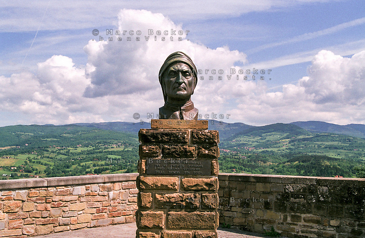 "Poppi, paese in provincia di Arezzo annoverato tra ""i borghi più belli d'Italia"". Busto di Dante Alighieri --- Poppi, small village in the province of Arezzo rated within the ""most beautiful villages in Italy"". Bust of Dante Alighieri"
