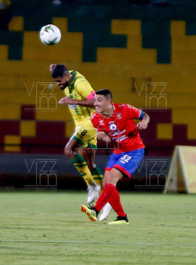 BUCARAMANGA - COLOMBIA, 08-02-2019: Gabriel Gómez de Atlético Bucaramanga salta a disputar el balón con Mariano Vásquez de Deportivo Pasto, durante partido entre Atlético Bucaramanga y Deportivo Pasto, de la fecha 4 por la Liga Aguila I 2019, jugado en el estadio Alfonso López de la ciudad de Bucaramanga. / Gabriel Gómez of Atletico Bucaramanga vies for the ball with Mariano Vasquez player of Deportivo Pasto, during a match between Atletico Bucaramanga and Deportivo Pasto, of the 4th date for the Liga Aguila I 2019 at the Alfonso Lopez Stadium in Bucaramanga city Photo: VizzorImage / Oscar Martínez / Cont.