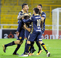 ROSARIO - ARGENTINA - 12-05-2016: Los jugadores de Rosario Central de Argentina, celebran el gol anotado a Atletico Nacional de Colombia, durante partido de ida de cuartos de final, entre Rosario Central y Atletico Nacional por la Copa Bridgestone Libertadores 2016 en el Estadio Gigante de Arroyito, de la ciudad de Rosario. / Players of Rosario Central of Argentina, celebrate a goal scored to Atletico Nacional de Colombia, during a match for the first leg for the quarterfinal between Rosario Central and Atletico Nacional for the Bridgestone Libertadores Cup 2016, in the Gigante de Arroyito Stadium, in Rosario city. Photo: Photogamma / Mario Garcia / VizzorImage / Cont