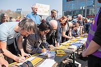 """Demonstration des Buendnis """"#Mietenwahnsinn"""" mit mehr als 15.000 Menschen am Samstag den 6. April 2019 in Berlin gegen steigende Mieten und Verdraengung.<br /> Die Demonstration und dazugehoerige Aktionstage sind ein Gemeinschaftsprojekt von ueber 280 mieten- und stadtpolitischen Gruppen, Vereinen, Verbaenden, sozialen Einrichtungen und vielen weiteren Organisationen aus dem ganzen Bundesgebiet.<br /> Demonstrationen und Aktionen fanden bundesweit in 24 Staedten und europaweit in Spanien, Niederlande, Italien, Belgien, Ungarn, Romaenien, Irland, Portugal, Gross Britannien, Zypern, Mallorca, Frankreich statt.<br /> Zeitgleich startete die Unterschriftensammlung fuer ein Volksbegehren zur Enteignung von Immobilienkonzernen wie Deutsche Wohnen, Akelius, Vonovia und anderen Firmen, die mehr als 3.000 Mietwohnungen besitzen.<br /> Im Bild: Menschen stehen an, um das Volksbegehren zu unterschreiben.<br /> 6.4.2019, Berlin<br /> Copyright: Christian-Ditsch.de<br /> [Inhaltsveraendernde Manipulation des Fotos nur nach ausdruecklicher Genehmigung des Fotografen. Vereinbarungen ueber Abtretung von Persoenlichkeitsrechten/Model Release der abgebildeten Person/Personen liegen nicht vor. NO MODEL RELEASE! Nur fuer Redaktionelle Zwecke. Don't publish without copyright Christian-Ditsch.de, Veroeffentlichung nur mit Fotografennennung, sowie gegen Honorar, MwSt. und Beleg. Konto: I N G - D i B a, IBAN DE58500105175400192269, BIC INGDDEFFXXX, Kontakt: post@christian-ditsch.de<br /> Bei der Bearbeitung der Dateiinformationen darf die Urheberkennzeichnung in den EXIF- und  IPTC-Daten nicht entfernt werden, diese sind in digitalen Medien nach §95c UrhG rechtlich geschuetzt. Der Urhebervermerk wird gemaess §13 UrhG verlangt.]"""
