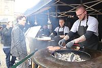 Nachwuchskoch des Jahres 2017 Maximilian Scholz (r.) bereitet bei Toao Burger auf dem selbstgebauten Rundgrill verschiedene Burger zu - Darmstadt 22.04.2017: 3. Street Food Festival