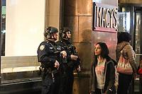 NEW YORK, EUA, 14.04.2017 - SEGURANÇA-NEW YORK - Grande movimentação de policiais, socorristas aos arredores da loja de departamento Macy's em Manhattan em New York, na noite desta sexta-feira, 14. O chefe da policia da cidade relatou em uma coletiva em frente a loja se tratar de uma noticia falsa, o que gerou grande preocupação de clientes na região, que hoje estava com um movimento acima da média devido ao feriado de Páscoa. (Foto: William Volcov/Brazil Photo Press)