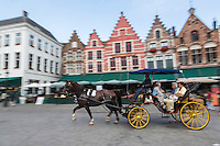 Europe/Belgique/Flandre/Flandre Occidentale/Bruges: Centre historique classé Patrimoine Mondial de l'UNESCO, Fiacre sur la Grand Place devant les terrasses des restaurants et maison à pignons à échelons  //  Belgium, Western Flanders, Bruges, historical centre listed as World Heritage by UNESCO, carriage on the Grand Place in front of the restaurant terraces and stepped gabled house