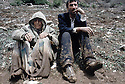 Irak 1991.Un réfugié et sa mère à la frontière .Iraq 1991 .A Kurdish refugee and his mother on the border. .