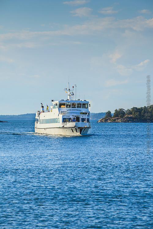 Waxholmsbåten Utö Express anländer till bryggan på Nåttarö i Stockholms skärgård