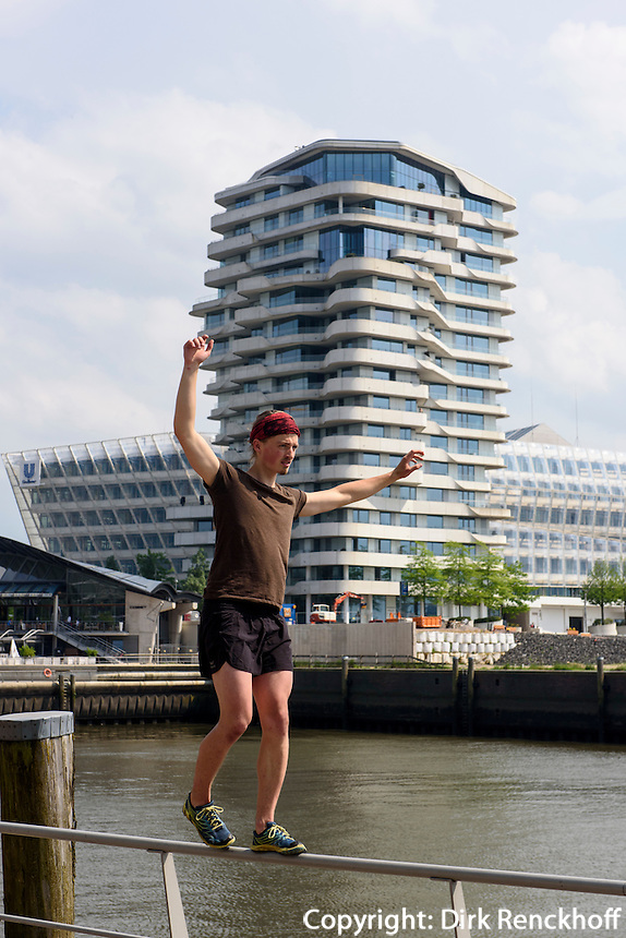 Streetsport &quot;Parkour&quot; vor dem Marco-Polo-Tower in der Hafencity, Hamburg, Deutschland<br /> Streetsport &quot;Parkour&quot; in front of  Marco-Polo-Tower in  Hafencity, Hamburg, Germany
