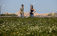 MONIQUE, ALEMANHA, 19 DE MAIO DE 2012 - CALOR EUROPA / ALEMANHA -  Alemao aproveita sabado quente na cidade de Munique na Alemanha, neste sabado, 19. As temperaturas podem atingir 30 graus nesse final de semana. (FOTO: WILLIAM VOLCOV / BRAZIL PHOTO PRESS).
