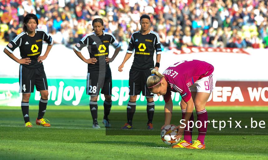 Uefa Women 's Champions League Final 2012 at Olympiastadion Munchen : Olympique Lyon -  FC Frankfurt : Eugenie Le Sommer met de penalty  - Strafschop .foto DAVID CATRY / JOKE VUYLSTEKE / Vrouwenteam.be