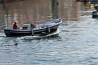 Europe/France/Aquitaine/64/Pyrénées-Atlantiques/Pays-Basque/Saint-Jean-de-Luz: Vieux canot de pêcheur rentrant au port