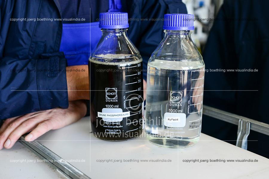 GERMANY, Hamburg Water sewage plant, urban mining pilot project of Remondis and Hamburg Water to recycle phosphorus acid from ash of burned sewage sludge, phosphoric acid is an important fertilizer in the agriculture and the natural resources are limited, right bottle with recycled clear phosphoric acid, left greenish phosphoric acid from Morocco / DEUTSCHLAND Hamburg, Hamburg Wasser Klaerwerk Koehlbrandhoeft, URBAN MINING, Kreislaufwirtschaft, Remondis und HW Pilot Anlage zur Gewinnung von Phosphorsaeure aus der Asche von verbrannten Klaerschlaemmen, Phosphorsaeure kann als Duenger in der Landwirtschaft wieder eingesetzt werden, Im Vergleich, Flasche links mit grüner Phosphorsäure aus Nordafrika, Flasche rechts mit der Recycling Phosphorsäure RePacid aus der Pilotanlage