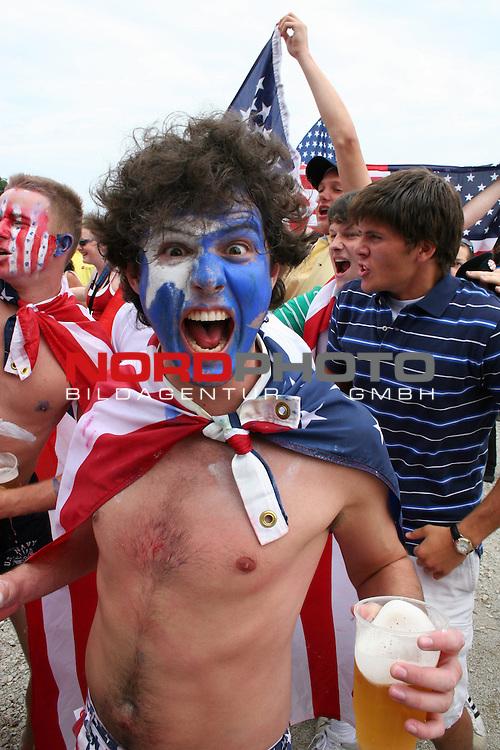 FIFA WM 2006 -  Fan Meile Nuernberg<br /> <br /> USA - Ghana<br /> <br /> USA Fan mit USA Flagge (Sterne) im Gesicht schreit in die Kamera und bringt das Bier zum &cedil;berschwappen.<br /> <br /> Foto: nordphoto