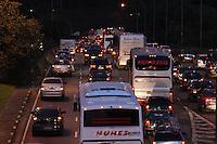 SAO PAULO, SP, 05/06/2012, TRANSITO.<br /> <br /> O transito est&aacute; complicado no Complexo Viario Maria Maluf no sentido da Z. Sul, na madrugada de hoje(05).<br />  <br /> Uma carreta superdimensionada quebrou  proximo ao t&uacute;nel o que complicou o transito pela manh&atilde; dessa Ter&ccedil;a-feira, na foto a saida di T&uacute;nel Maria Maluf<br /> <br /> Luiz Guarnieri/ Brazil Photo Press