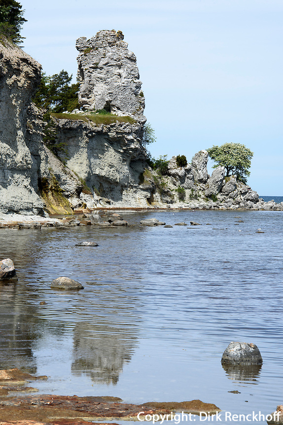 Rauk Jungfrun (Jungfrau) bei Lickershamn auf der Insel Gotland, Schweden, Europa<br /> Rauk (Cliff) Jungfrun (Virgin) near Lickershamn, Isle of Gotland, Sweden