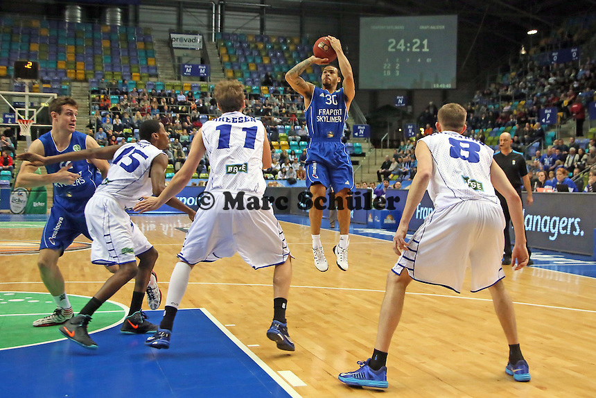 Justin Cobbs (Skyliners) wirft - Fraport Skyliners vs. Okapi Aalstar, Fraport Arena Frankfurt