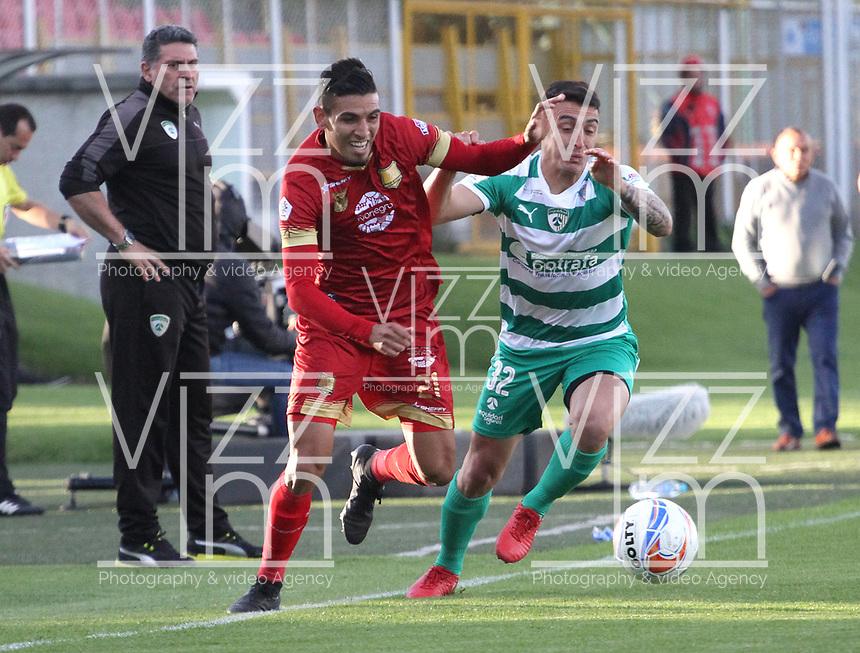 BOGOTÁ - COLOMBIA, 16-09-2018:Mariano Vasquez (Der.) jugador de La Equidad  disputa el balón con Daniel Munoz (Izq.) jugador del Rionegro durante partido por la fecha 10 de la Liga Águila II 2018 jugado en el estadio Metropolitano de Techo de la ciudad de Bogotá. /Mariano Vasquez (R) player of La Equidad fights for the ball with Daniel Munoz (L) player of Rionegro during the match for the date 10 of the Liga Aguila II 2018 played at the Metropolitano de Techo Stadium in Bogota city. Photo: VizzorImage / Felipe Caicedo / Staff.