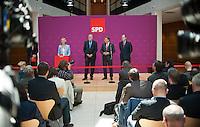 Berlin, Der SPD-Kanzlerkandidat Peer Steinbrück (v.r.) steht am Montag (13.05.13) in der Parteizentrale im Willy-Brandt-Haus bei einer Pressekonferenz neben den Mitgliedern seines Kompetenzteams, dem Parlamentarischen Geschäftsführer der SPD-Bundestagsfraktion, Thomas Oppermann, dem Chef der Gewerkschaft Bau-Agrar-Umwelt, Klaus Wiesehügel und der Designforscherin Gesche Joost. Foto: Steffi Loos/CommonLens