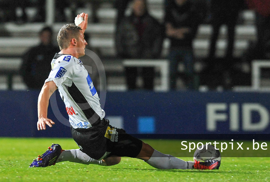 KSV Roeselare : Sebastien Dewaest met de tackle.foto VDB / BART VANDENBROUCKE