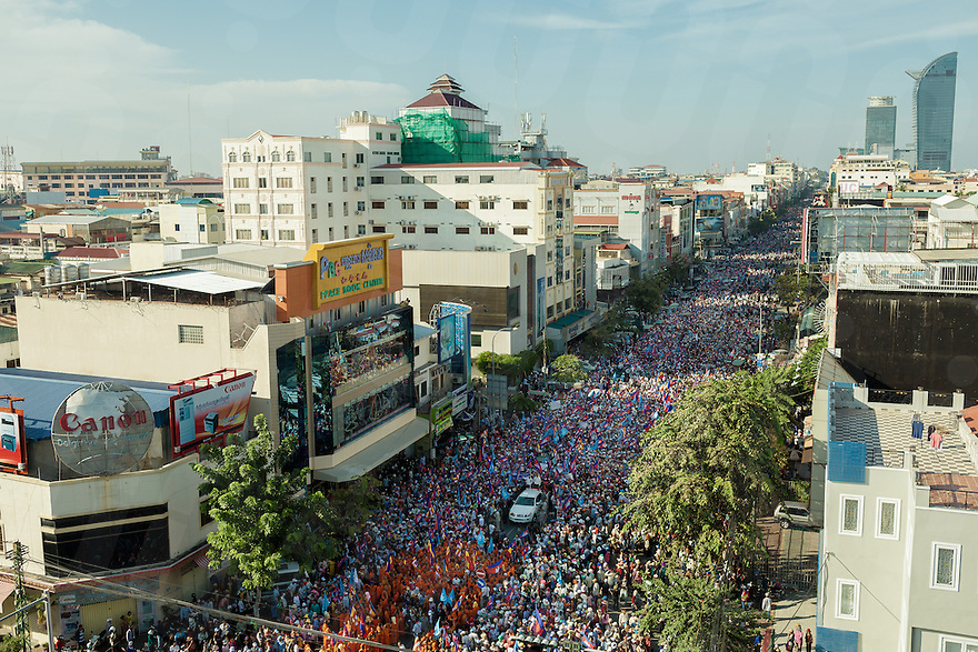 December 22, 2013 - Phnom Penh. Thousands of CNRP supporters take to the streets in Phnom Penh to ask Prime Minister Hun Sen to step down. © Thomas Cristofoletti / Ruom