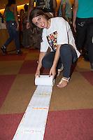 """SAO PAULO, SP,  04 DE FEVEREIRO DE 2013. LANÇAMENTO CD ETERNOS NAMORADOS BANDA CALYPSO. A estudante Viviane Francelino da Cruz, 19 anos, leva carta de cento e vinte metros para a cantora Joelma da Banda Calypso durante o lançamento do cd """" Eternos Namorados"""" na livraria Cultura da Avenida Paulista. . FOTO ADRIANA SPACA/BRAZIL PHOTO PRESS"""
